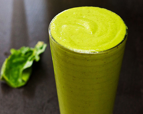 Spinach Green Smoothie with Yogurt, Mango and Apple