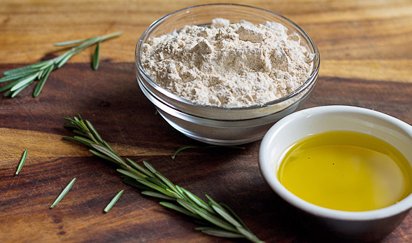 Rosemary Crackers with Olive Oil and Garlic // wishfulchef.com